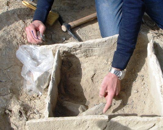 Si tratta infatti diuna rarissima testimonianza di insediamento dell'età del bronzomedio, 1600-1550 al 1325 a.C. quindi molto tempo prima dell'arrivo degli Achei dalla Grecia