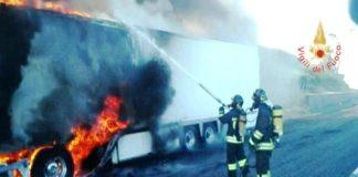Autoarticolato in fiamme su A2