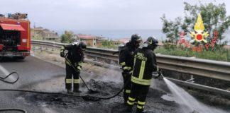 Camion che trasportava tubi in polietilene in fiamme su A2, intervento dei VVF