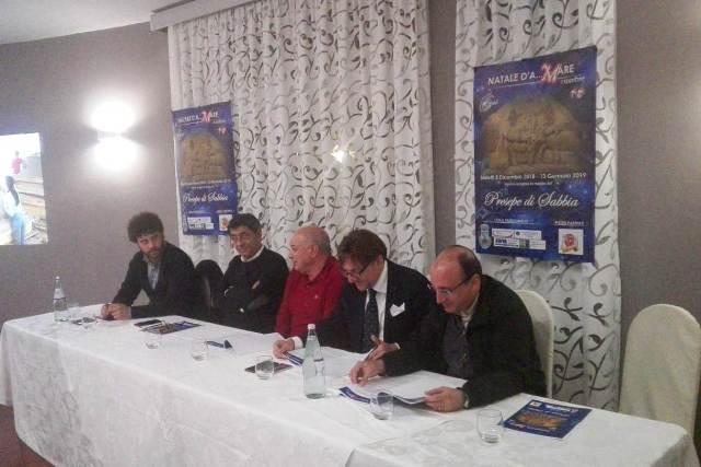 Tavolo dei relatori: Rosario Mirarchi, vicesindaco Stalettì - Alfonso Mercurio, sindaco Stalettì - Giuseppe Calabretta, direttore artistico