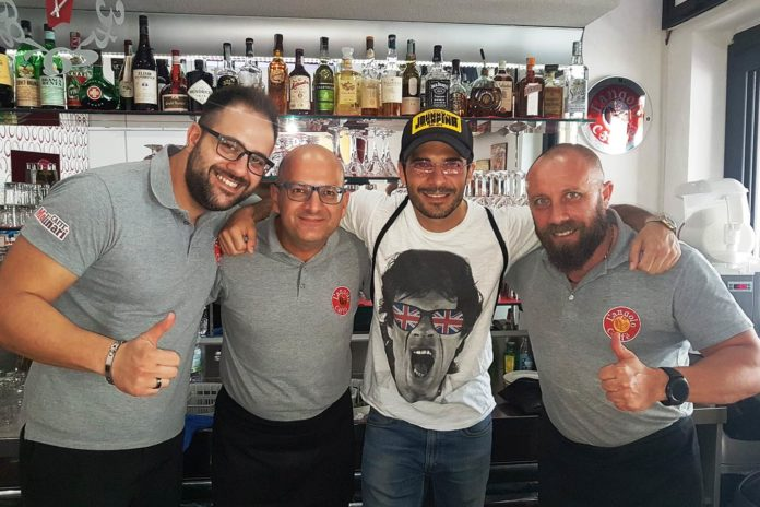 Marco Bocci, uno dei protagonisti di Calibro 9, nella pausa caffè (foto facebook)
