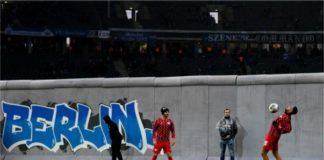 scenografia muro di berlino in campo-min