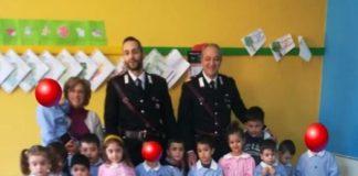 Carabinieri e alunni dell'infanzia-min