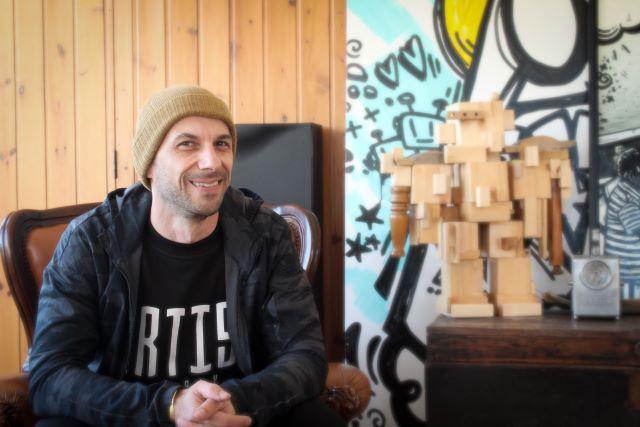 Massimo Sirelli nel suo studio di Catanzaro (foto di Sharon S.)