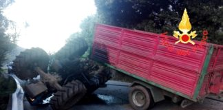 incidente trattore si ribalta