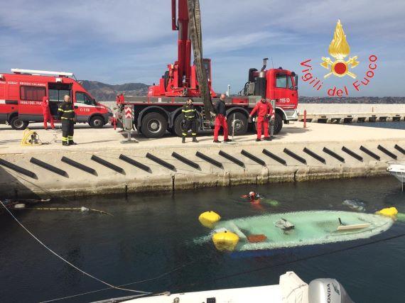Imbarcazione affondata nel porto di VIlla San Giovanni