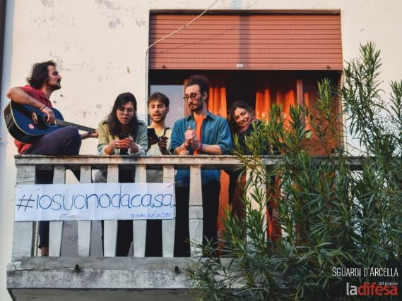 Musica dai balconi dell'Arcella (foto La Difesa del popolo)-min