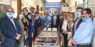 Club Kiwanis durante la donazione della barella antimicrobica