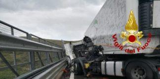 Cosenza incidente automerci ribalato Vigili del Fuoco