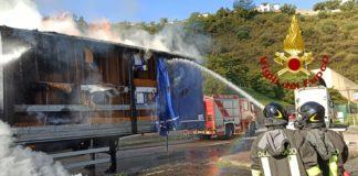 incendio, vigili del fuoco a2 autostrada del Mediterraneo