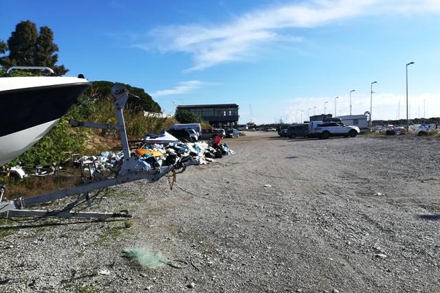 Abbandono rifiuti nel porto di Catanzaro