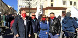 Enzo Scalese in piazza con i lavoratori del Sant'Anna Hospital