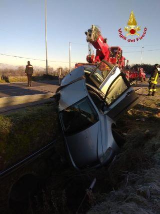 incidente nel Cosentino, auto fuori controllo in un fossato, Vigili del Fuoco