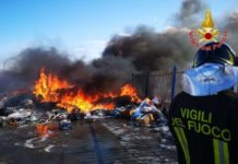 Crotone, incendio rifiuti