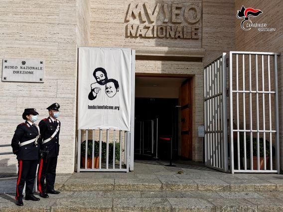 Consegna ed esposizione del lenzuolo della memoria fondazione Falcone