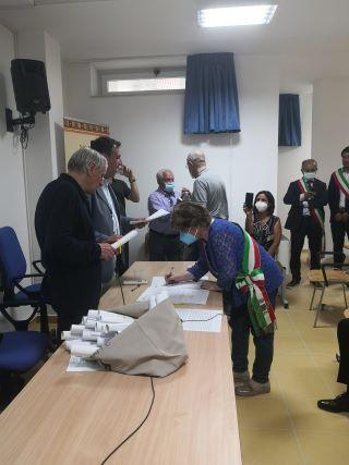 Cortale, Patto di Limbadi, la vice sindaca Leuci al momento della firma