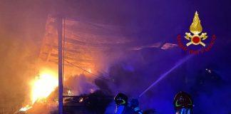 Isola Capo Rizzuto, incendio capannoni